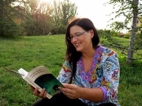 Pilar Gómez, lectora voraç i entusiasta de la cultura india, llegint la part divertida de la novel•la. També és una gran fotògrafa, podeu seguir la seva feina en el seu bloc Presencia de Espíritu.
