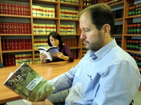 Max Domínguez i Imma Prieto llegint Els germans Burgess a la Biblioteca del  Col•legi d'advocats de Mollet del Vallès. Una parella d'advocats, bons amics i grans professionals. (2)